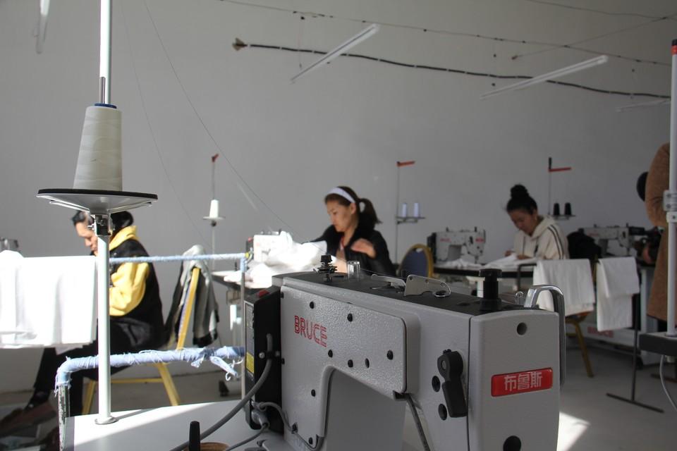 В швейном цехе в Балыкчи производят постельные комплекты.