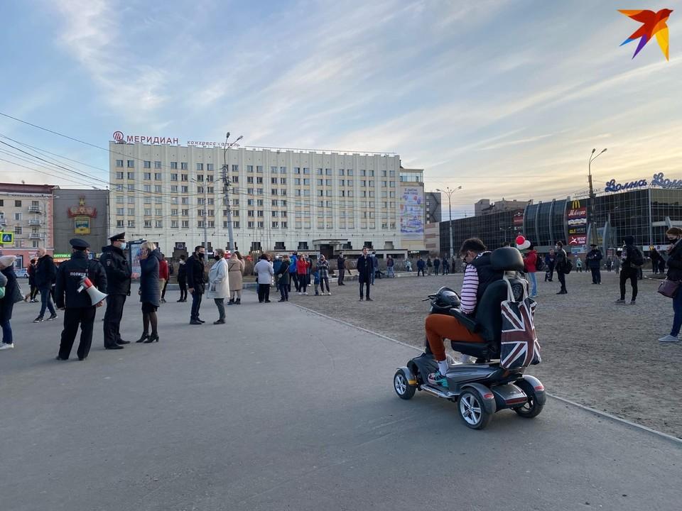 На несогласованную акцию в Мурманске вышло 100 человек.