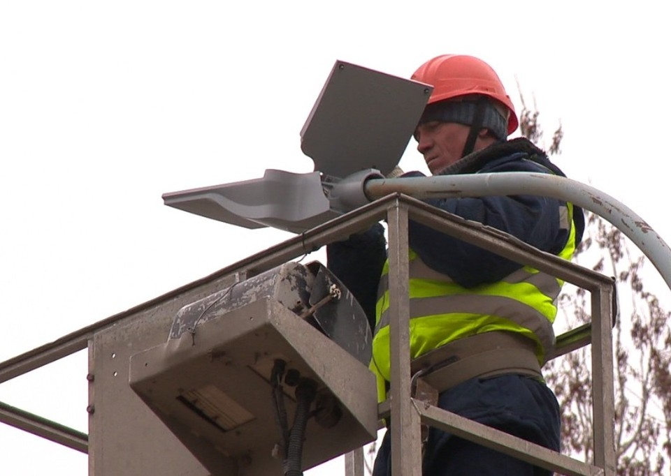 Ежедневно рабочие демонтируют от 500 до 900 старых уличных светильников и сразу же устанавливают новые.