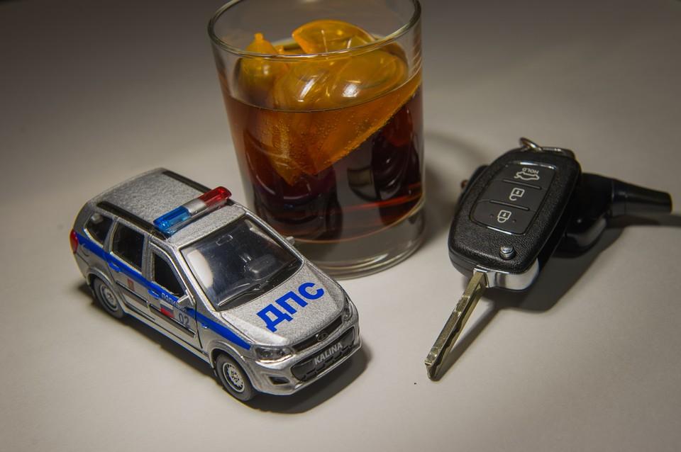 После застолья владелец автомобиля уснул, а приятель, взяв ключи от иномарки, отправился кататься по ночному городу.