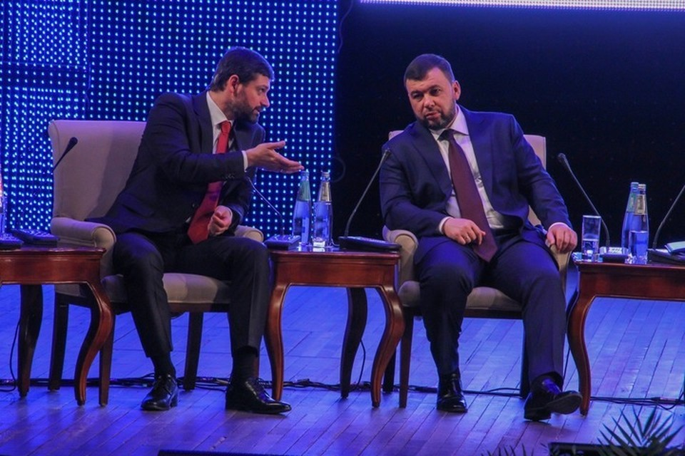 Глава ДНР Денис Пушилин (справа) с депутатом Госдумы России Андреем Козенко обменялись мнениями о ходе форума