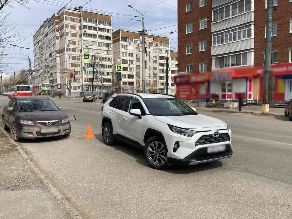Перебегающего дорогу 13-летнего подростка сбили на улице Воровского в Ижевске