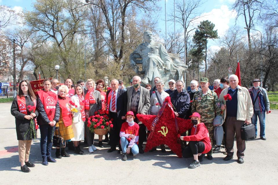 В Симферополе возложение прошло к памятнику Ленина на Привоказльной площади. Фото: Реском КПРФ