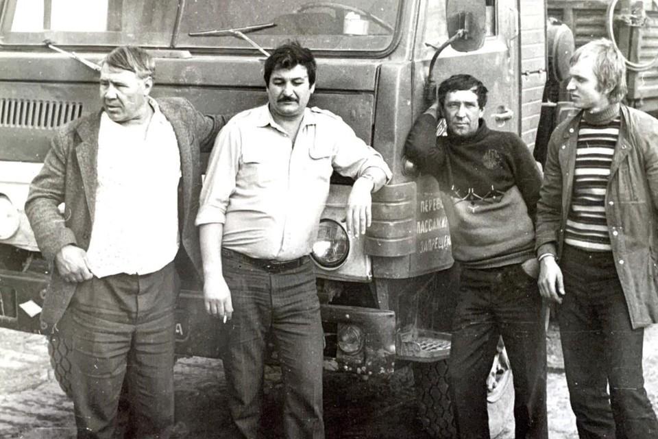 Водитель Александр Демченко (в белой рубашке) за пару дней до того, как его увезли в Чернобыль, успел сфотографироваться на фоне машины, на которой работал