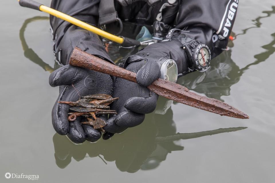 Орловские дайверы нашли в реке Гоголь древнее копье и наконечники стрел. Фото: Станислав Трофимов