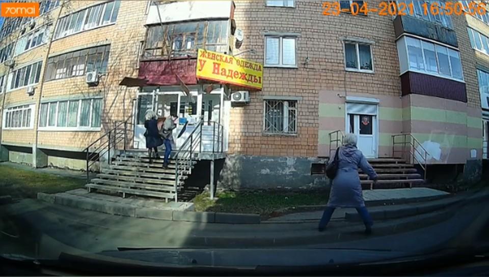 Причины обрушения балконной обшивки на девушек проверит прокуратура Ижевска, Фото: скриншот видео очевидцев