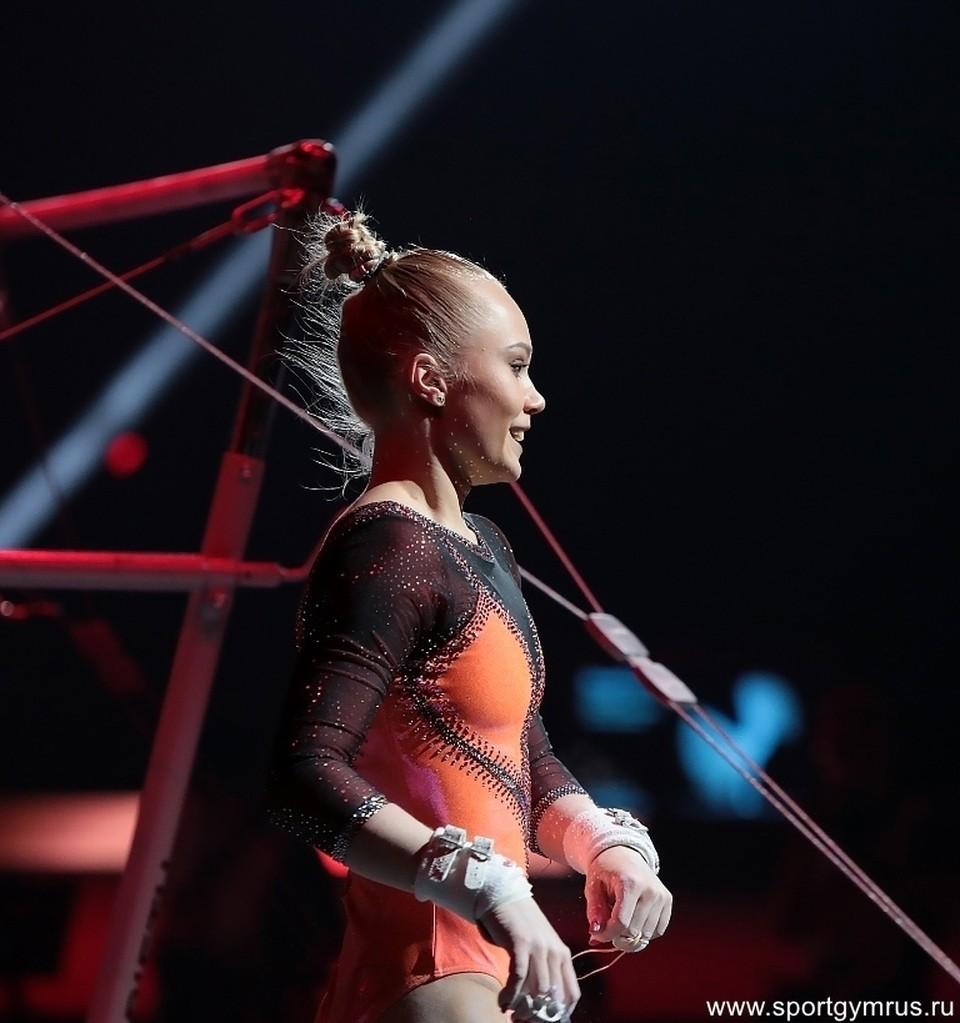 Ангелина Мельникова со второй попытки выступила на брусьях гораздо увереннее.