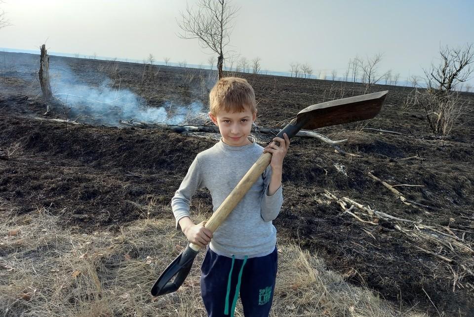 Семен помогал бороться с пожаром до и после приезда сотрудников МЧС
