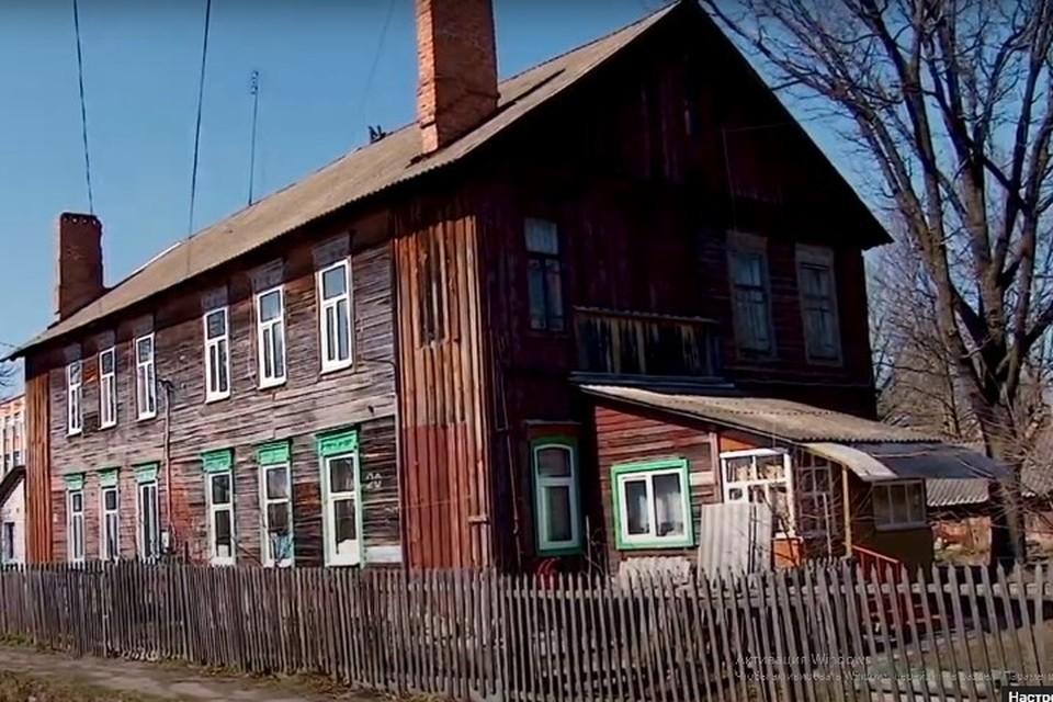 """Жители брянского Новозыбкова добиваются признания их дома аварийным. Фото: """"Новозыбков FOX"""", скриншот с видео."""