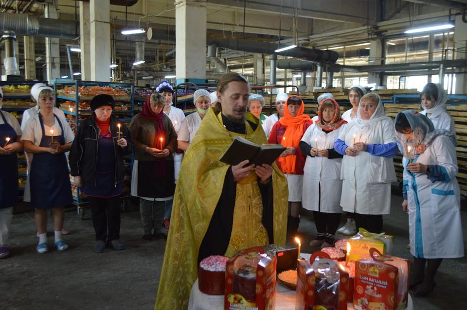 Священник храма иконы Божией Матери «Живоносный источник» благословили пекарей на выпечку пасхальных куличей