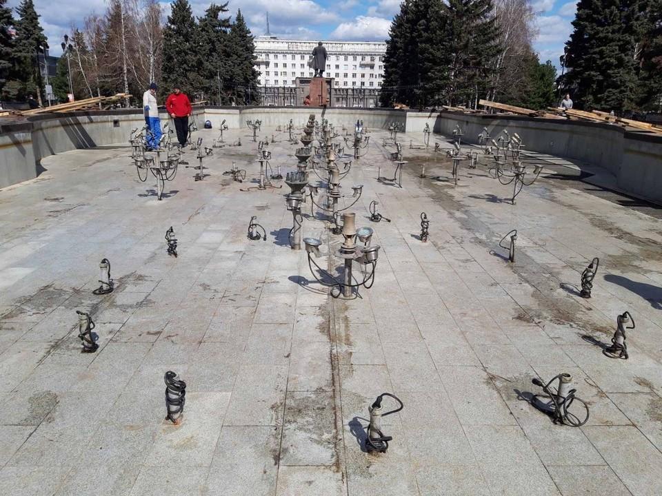 С фонтана уже сняли защитный короб. Фото: sovadm74.ru