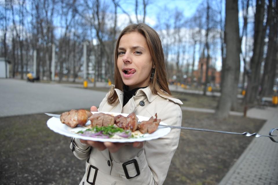 Специалисты Роспотребнадзора советуют жарить на костре курицу, а если использовать свинину или говядину, то следует ответственно подойти к выбору мяса.