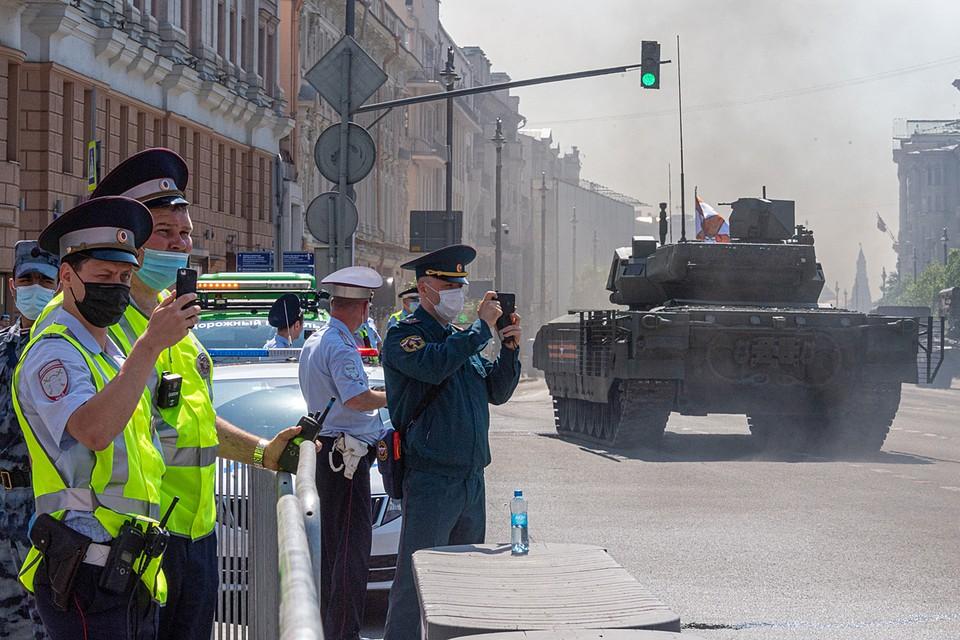 По улицам города, где обычно передвигаются автомобили и общественный транспорт, будет ехать военная техника