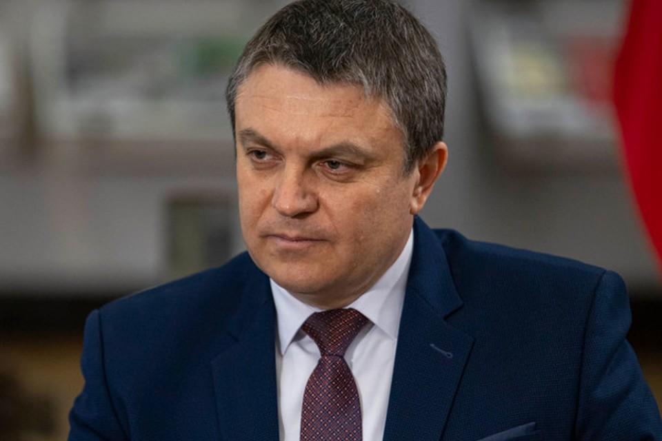 Леонид Пасечник хочет услышать, о чем говорят жители на «той стороне». Фото: Марина Сулименко/ЛИЦ