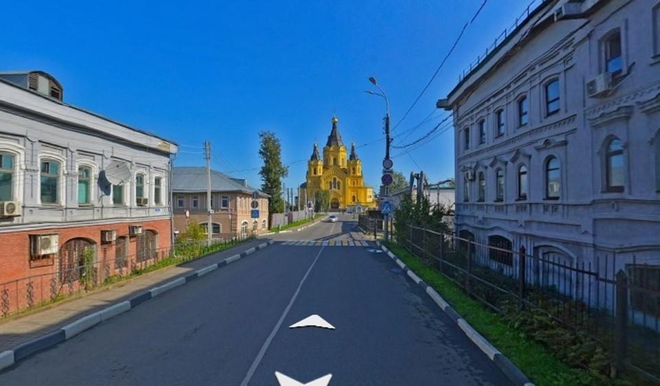 Улица ведет к кафедральному собору Александра Невского.