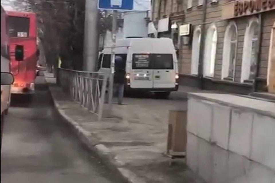 Сибиряков возмутил водитель маршрутки, который объехал пробку по тротуару. Фото: стоп-кадр.