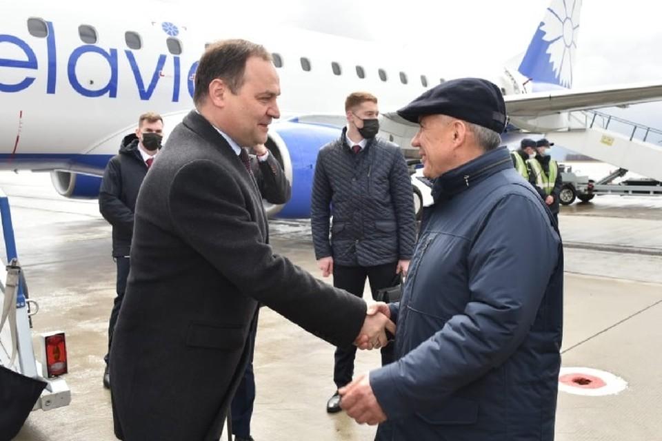 В аэропорту Казани его встречал президент Татарстана Рустам Минниханов. Фото: president.tatarstan.ru