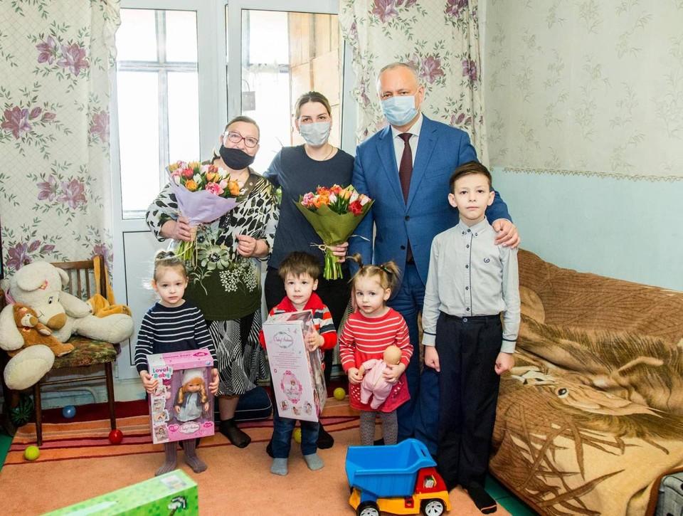 Накануне Святых Пасхальных праздников Игорь Додон навестил кишиневскую семью Спыну, в которой воспитываются четверо детей.