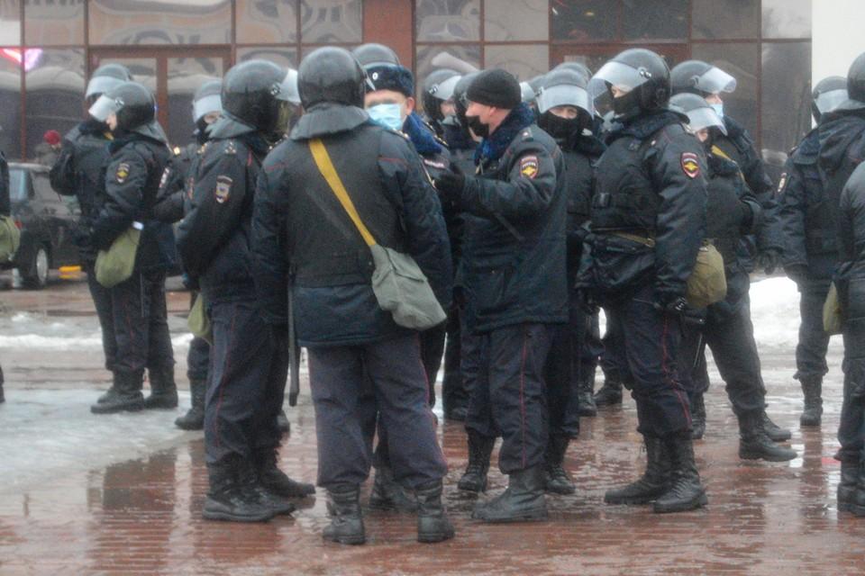 Полицейский на митинге получил ожог роговицы глаза
