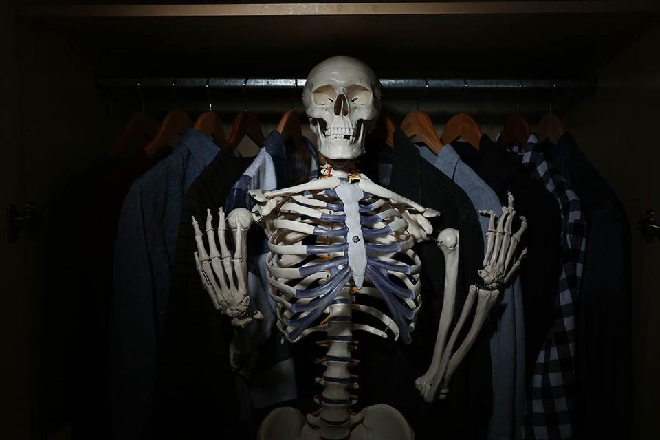 Англичане когда-то придумали идиому «скелеты в шкафу» - тщательно скрываемый нелицеприятный факт, обнародование которого может подорвать репутацию.