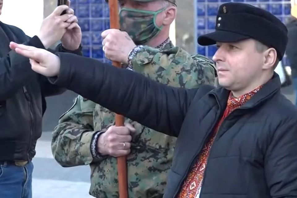 28 апреля 2021 г. Участник марша националистов с характерным жестом в центре Киева.