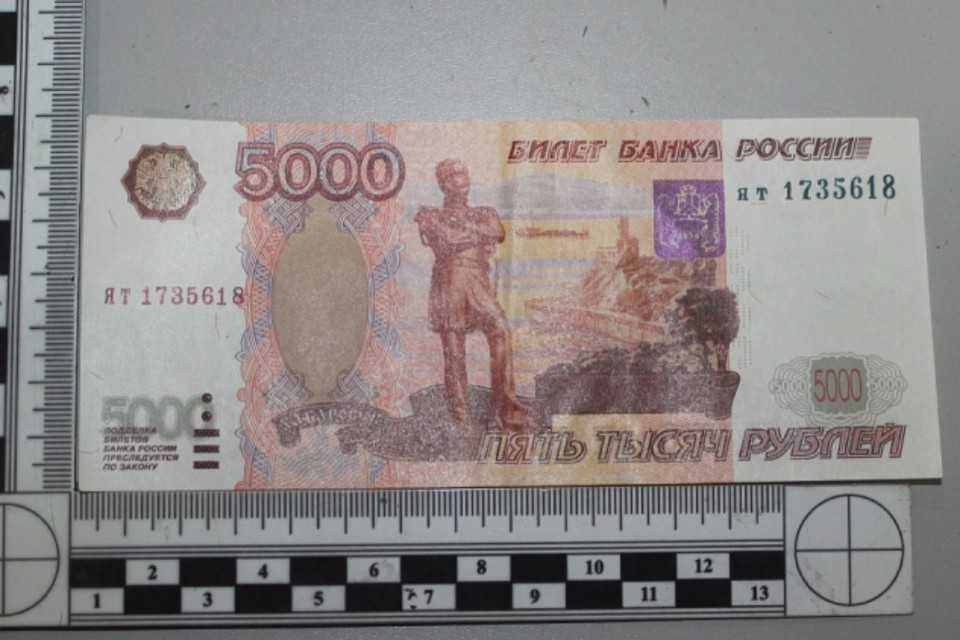 Бармен и официантка из Ангарска пытались расплатиться фальшивыми деньгами в цветочном магазине