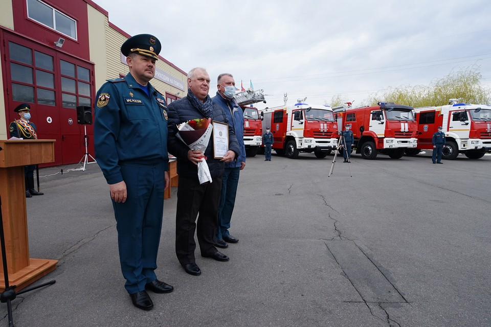 В День пожарной охраны спасателям вручили новую пожарную технику