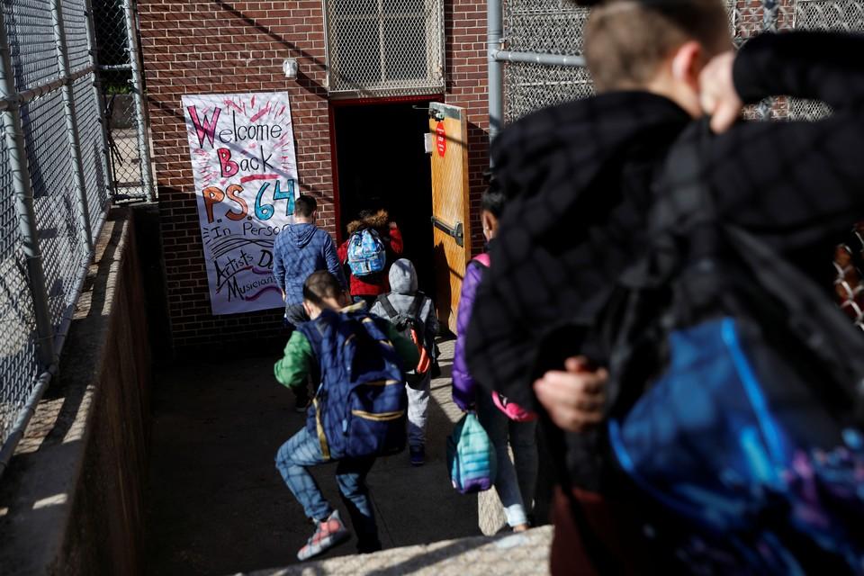 В американских школах вакцинированным учителям запрещают общаться с учениками