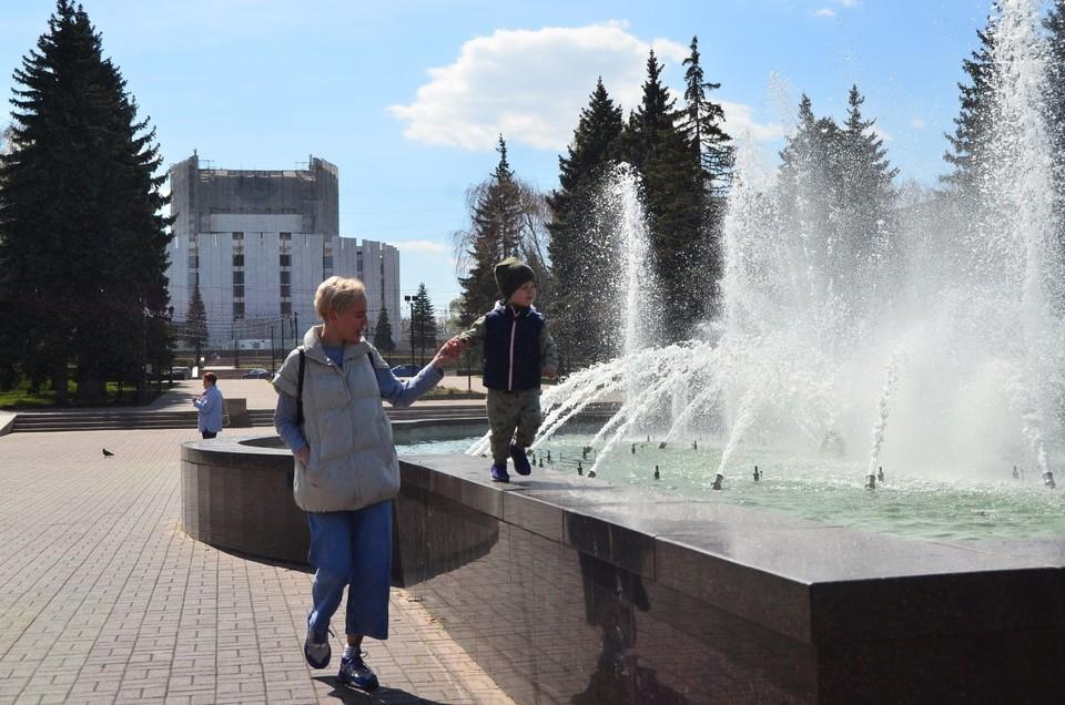 Юные челябинцы вместе с родителями поспешили на запуск фонтана