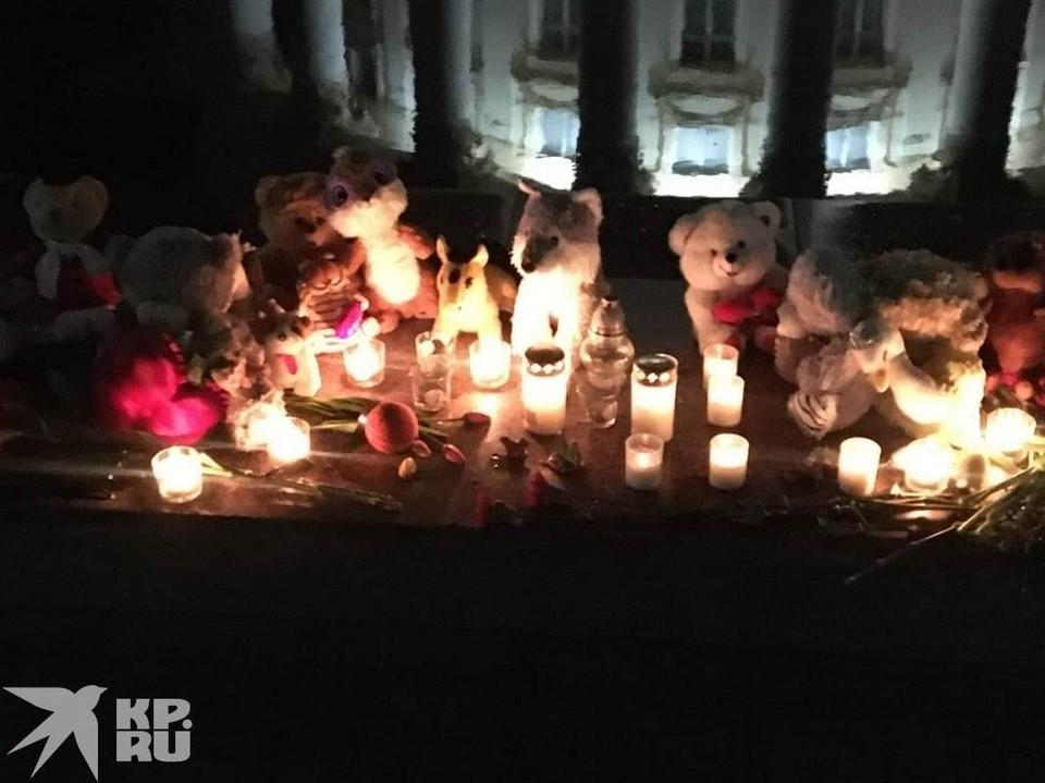 Стихийный мемориал появился у Дома профсоюзов. Фото предоставлено очевидцами