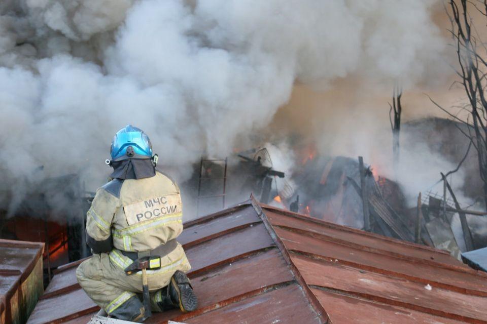 При пожаре пострадали автомобили. Фото: ГУ МЧС по МО