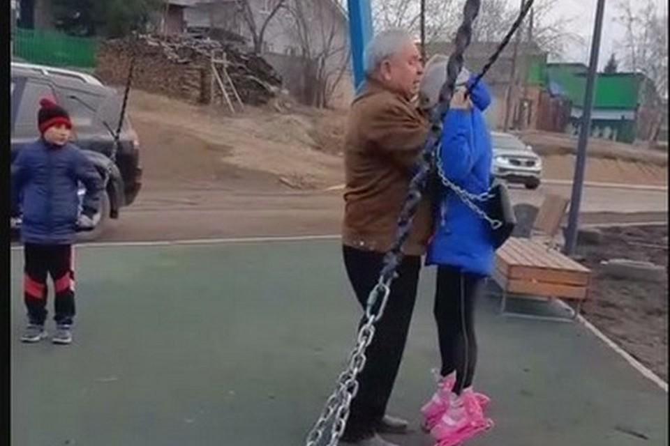 В Канске дед набросился на девочку, якобы обидевшую его внука. Стоп-кадр видео