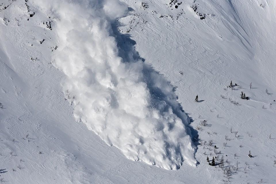 С Хибин принудительно спускают лавины, чтобы не случилась беда. Фото: Борис Вахмистров