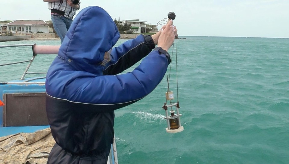 Специалисты сделали забор воды, что провести анализ на наличие в ней нефтепродуктов