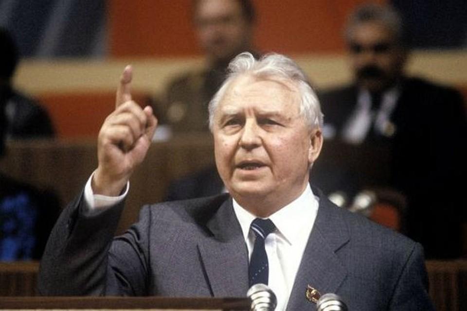 Исторический кадр: 1988 год, XIX партконференция. Егор Лигачев бросает Борису Ельцину свою крылатую фразу: «Борис, ты не прав!»