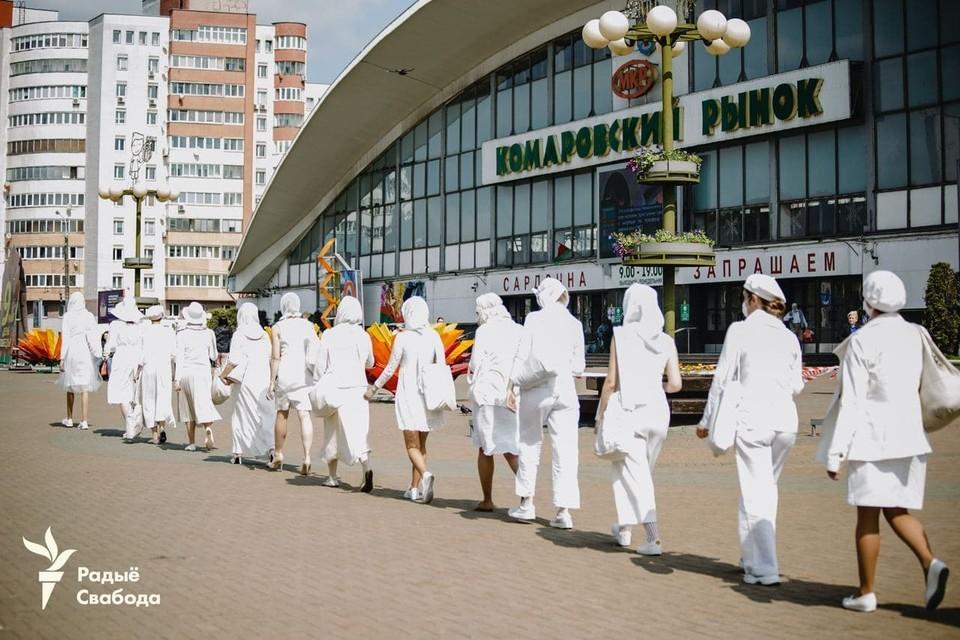 """Фотофакт: женщины в белом снова вышли на Комаровку. Фото: """"Радио Свабода""""."""