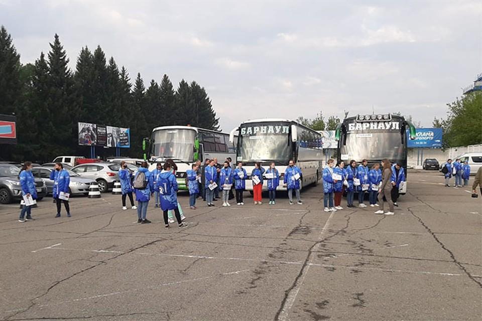 Спортсменов встречают волонтеры (фото: пресс-служба этапа Кубка мира по гребле)