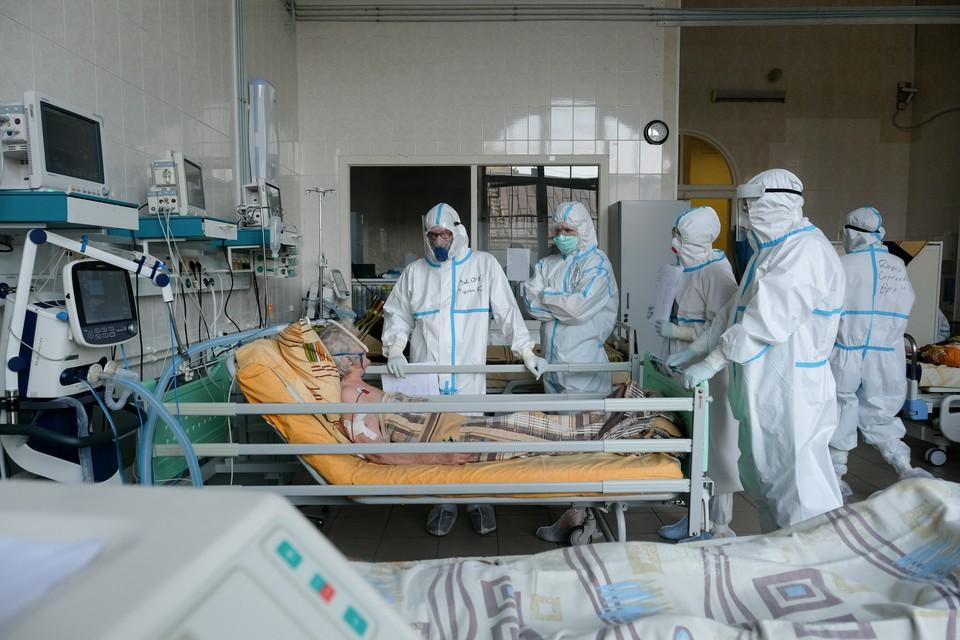 В Санкт-Петербурге снова перепрофилируют стационары под прием больных с коронавирусом.