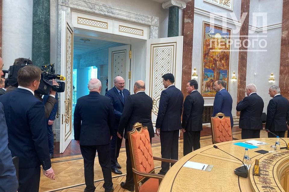 Александр Лукашенко проводит встречу глав делегаций СНГ. Фото: Пул Первого.