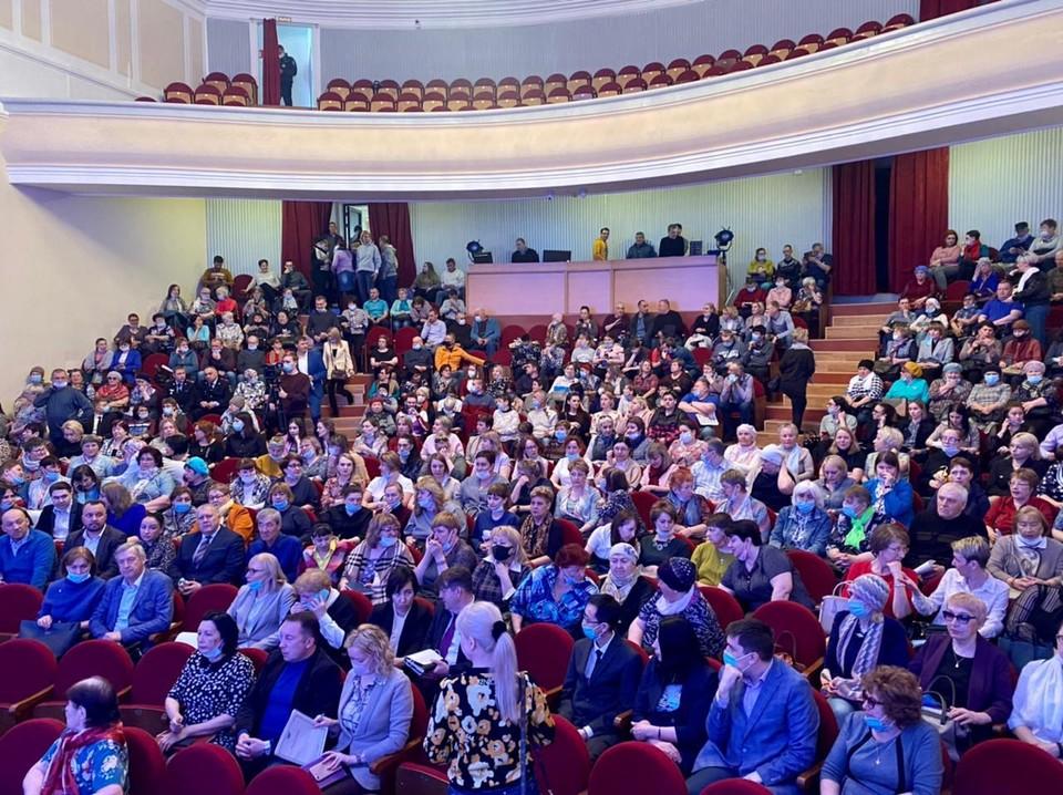 Валерий Лимаренко наградил охинские семьи и медицинских работников