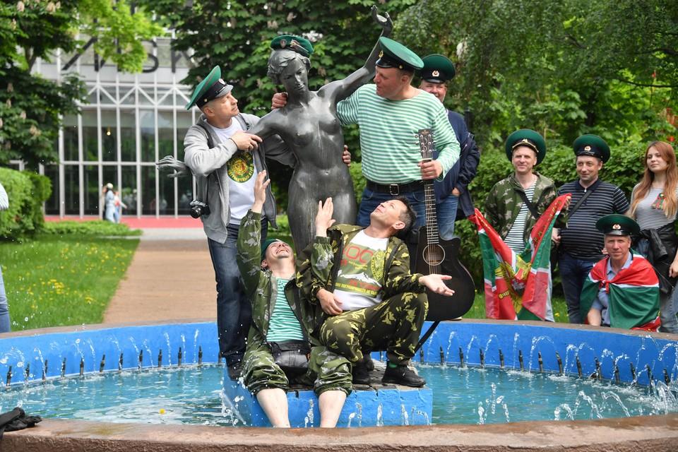 В праздничный день защитники наших границ пошли в столичные парки
