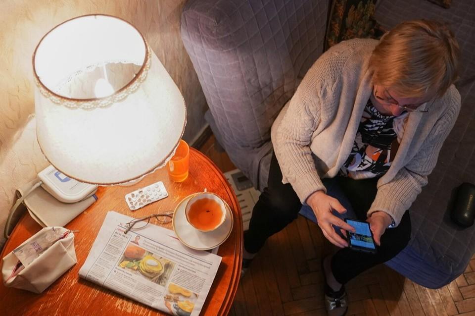 Люди, которые не имеют компьютера или телефона с интернетом, оказываются за бортом. Фото: Е. Самарина/mos.ru