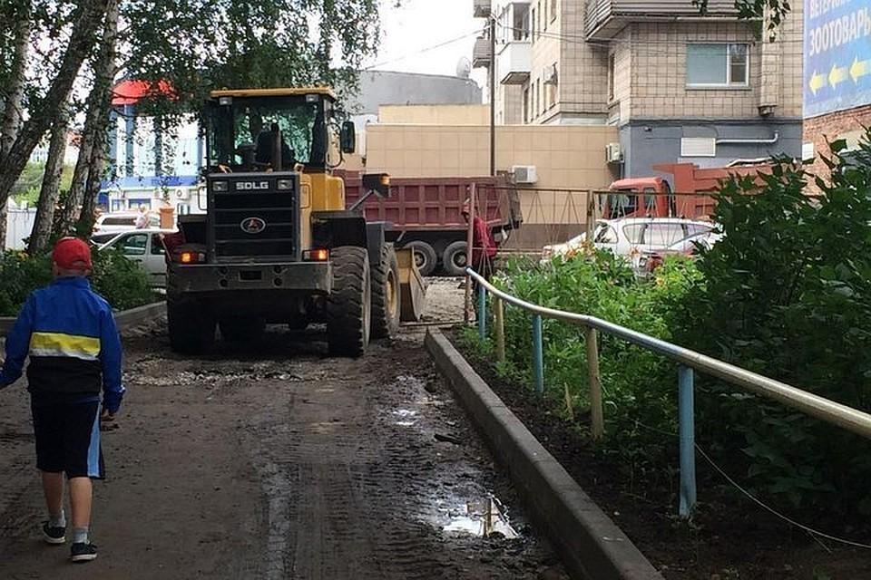 Программа «Наш двор» включает в себя ремонт проездов и тротуаров, фонарей, скамеек и урн, качелей, мусорных баков и площадок с покрытием из песчано-гравийной смеси.