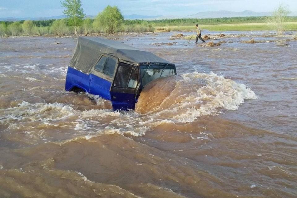 В Туве полицейские вытащили семью из застрявшей в реке машины. Фото: МВД Тувы