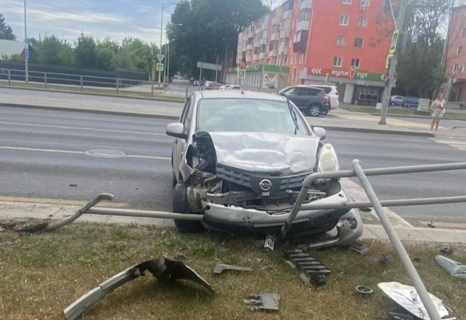 Автомобиль протаранил пешеходное заграждение. Фото: ГУ МВД по Самарской области