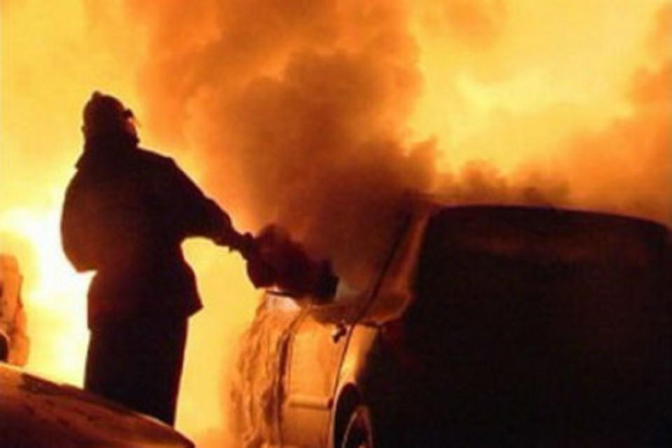 В Новосибирске загорелся автомобиль. Фото: ГУ МЧС по НСО.