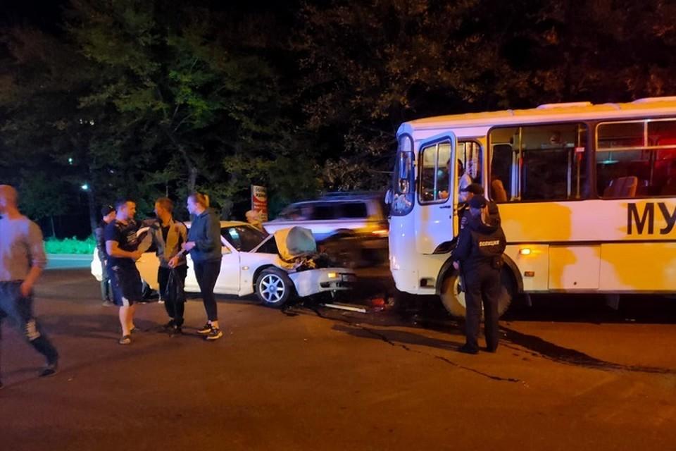 Лоб в лоб: легковушка столкнулась с автобусом в Хабаровске