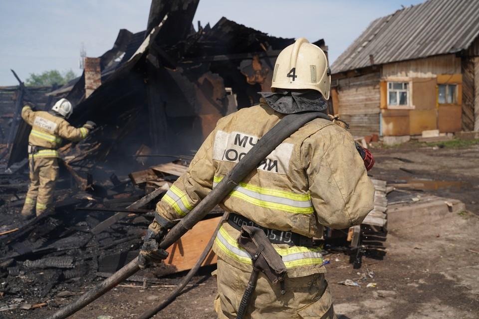 Площадь пожара составила 142 кв. м, пострадали дом, баня и сарай.