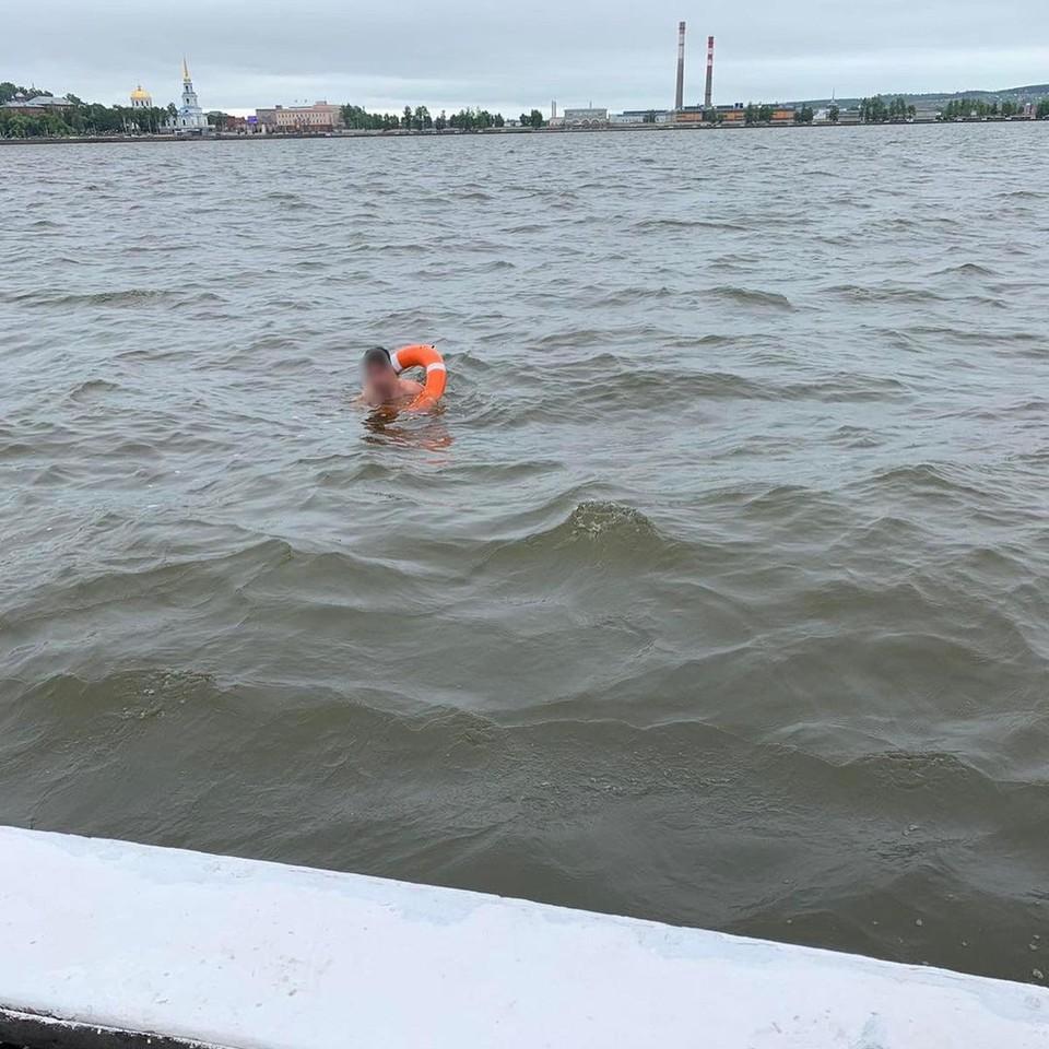 Горе-пловца спасатели достали из воды в Удмуртии, Фото: Поисково-спасательная служба Удмуртии