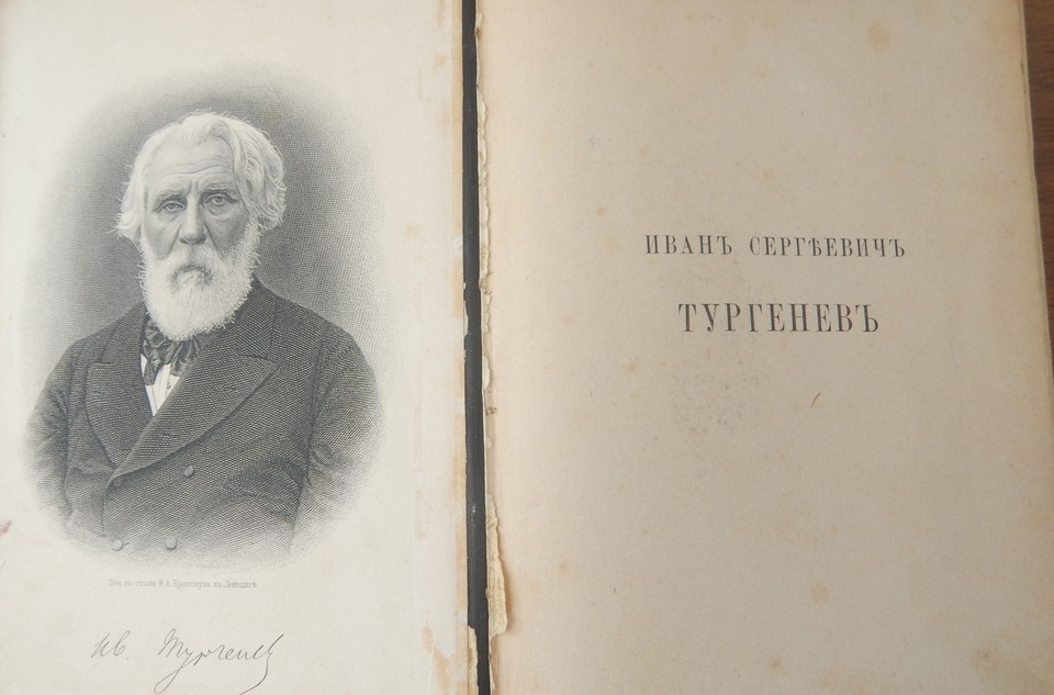 Заголовок книги - «ФАКСИМИЛЕ И.С. Тургенева». Фото: пресс-служба Крымской таможни.